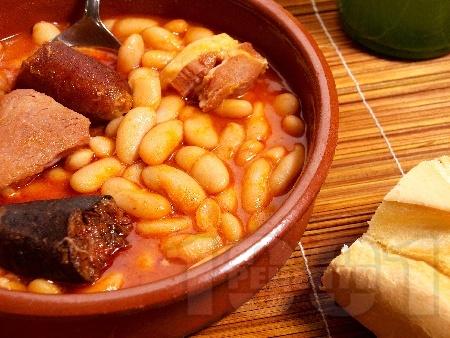 Фабада - испанско ястие с боб, пушен колбас и кървавица в тенджера - снимка на рецептата